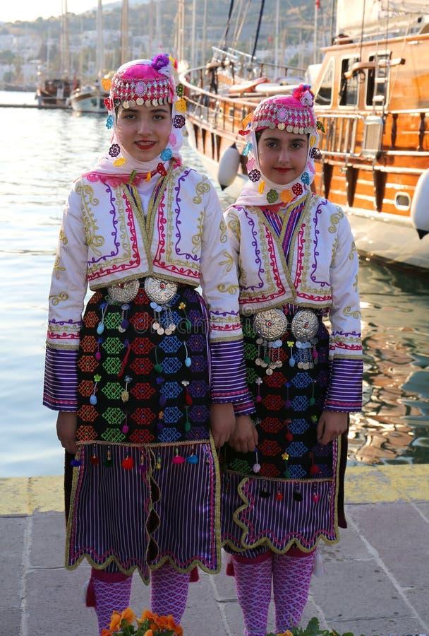 Turkiska dansare i traditionella dr?kter arkivbilder