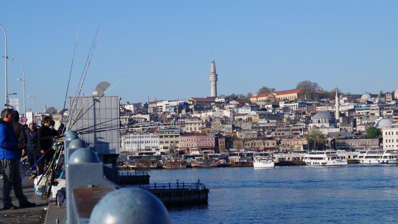 Turkiska fiskare på den Galata bron arkivfoton