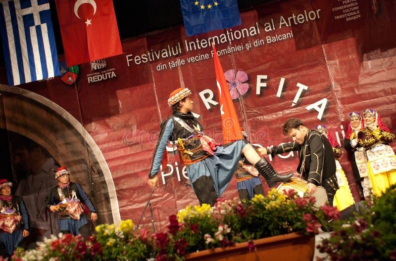 Turkiska folk dansare på en internationell festival royaltyfria bilder