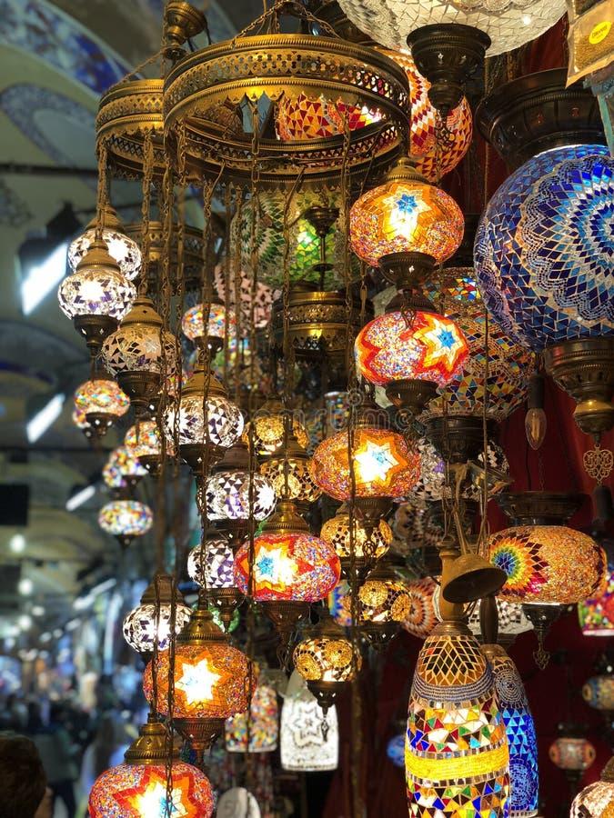Turkiska lampor i den storslagna basaren, Istanbul, Turkiet arkivfoto