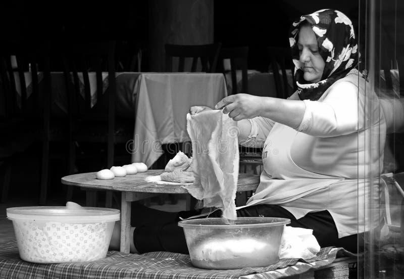 Turkiska pannkakor för kvinnadanande, Istanbul arkivbilder