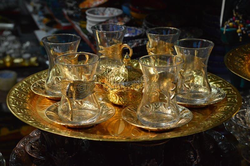 Turkiska tekannor uppsättning, exponeringsglastekannor med den guld- detaljen som är till salu i marknad arkivbild