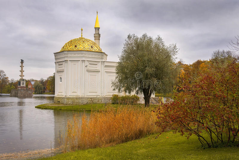 Turkiskt bad och Chesme kolonn, Tsarskoye Selo Pushkin, St Petersburg royaltyfri bild