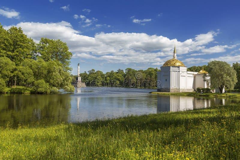 Turkiskt bad, paviljong och Chesme kolonn i Catherine Park i Tsarskoye Selo, St Petersburg fotografering för bildbyråer