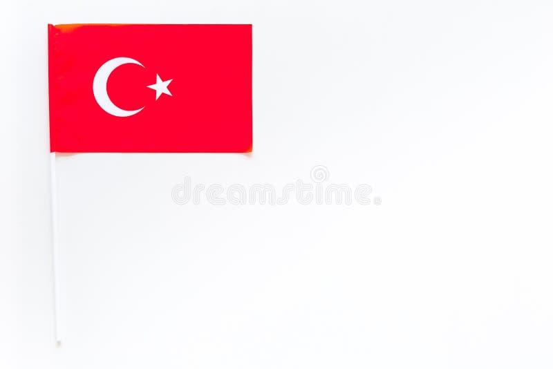 Turkiskt flaggabegrepp liten flagga på vitt utrymme för kopia för bästa sikt för bakgrund royaltyfri fotografi