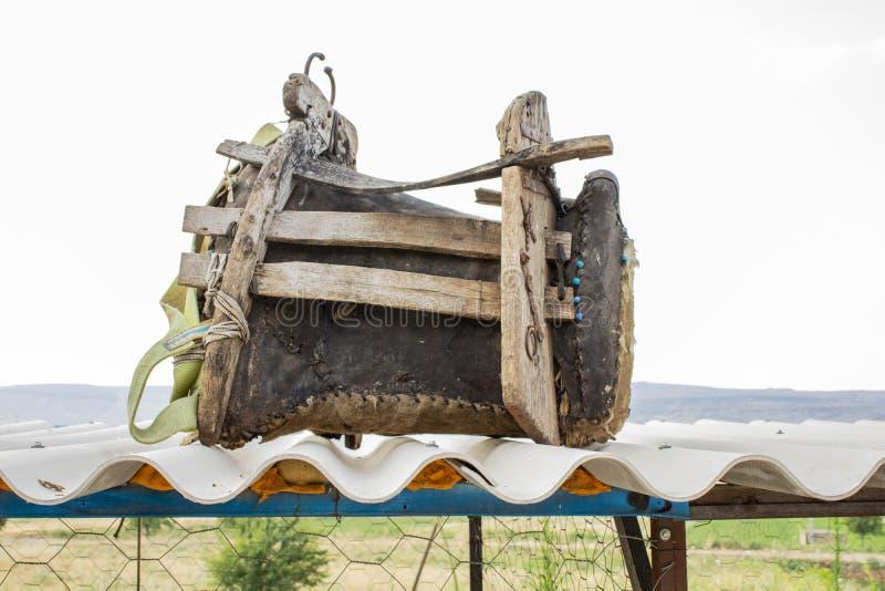 Turkiskt Gaziantep, 24 Juni, - 2019: Härligt boende mellan Adiyaman och Gaziantep den härliga sadeln på vägen arkivfoto