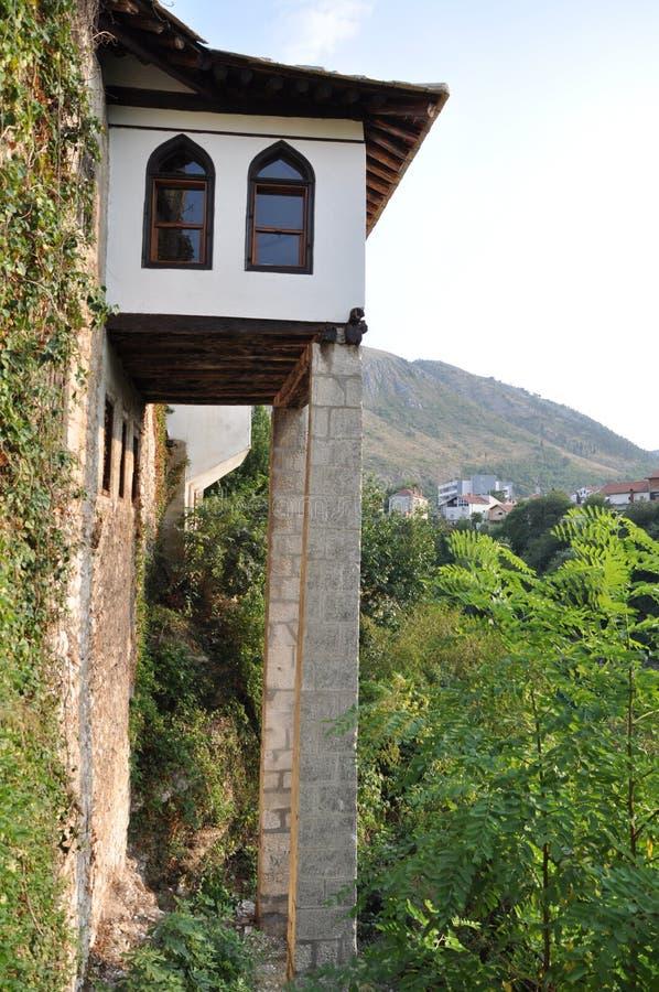Turkiskt hus på ett hörn i Mostar arkivbild