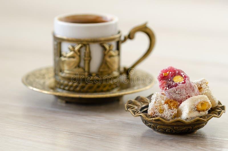 Turkiskt kaffe med turkisk fröjd royaltyfri fotografi