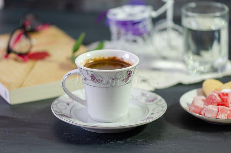 Turkiskt kaffe och turkisk fröjd arkivbild