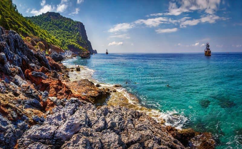 Turkiskt landskap för hav och för berg i Alanya, Turkiet Seascape av den steniga kustlinjen på solig sommardag royaltyfria foton