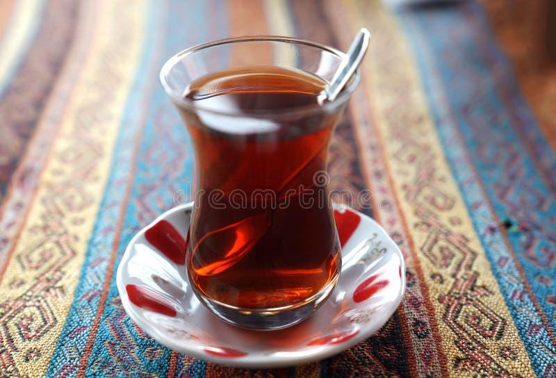 Turkiskt te i traditionell glass kopp på handgjord dekorativ tabl fotografering för bildbyråer