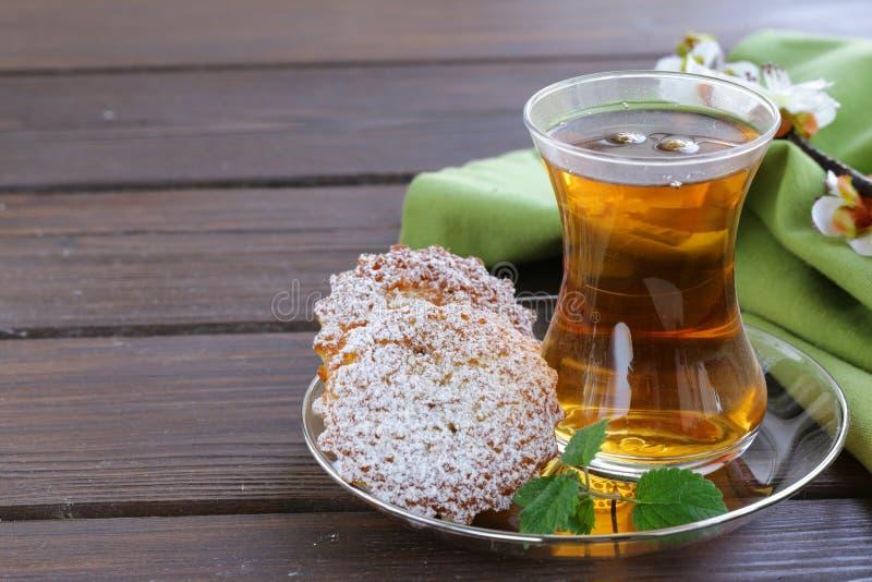 Turkiskt te med mini- kex fotografering för bildbyråer