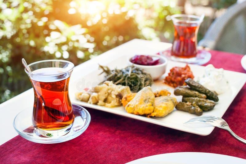 Turkiskt te och meze i restaurang royaltyfria bilder