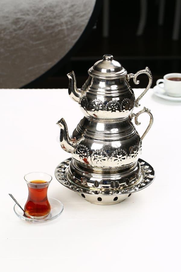 Turkiskt te och tekanna arkivfoto