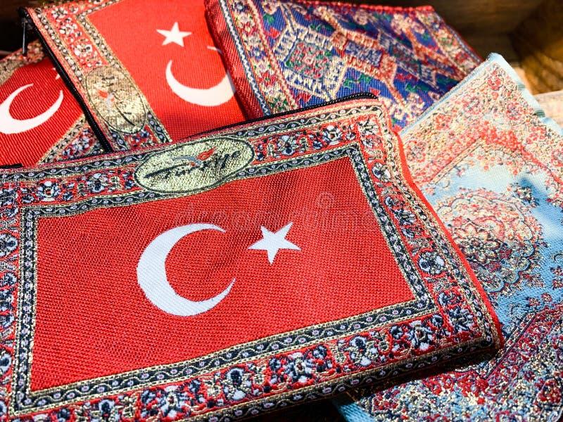 Turkiye è turco per il paese Turchia Un ricordo tipico del tappeto con la bandiera turca su a netto a partire dalla vacanza immagini stock libere da diritti