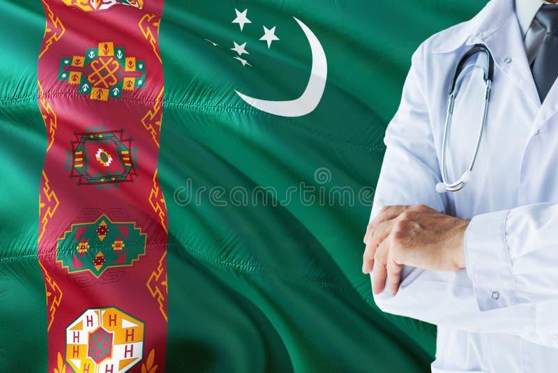 Turkmeense Arts die zich met stethoscoop op Turkmenistan vlagachtergrond bevinden Het nationale concept van het gezondheidszorgsy stock fotografie