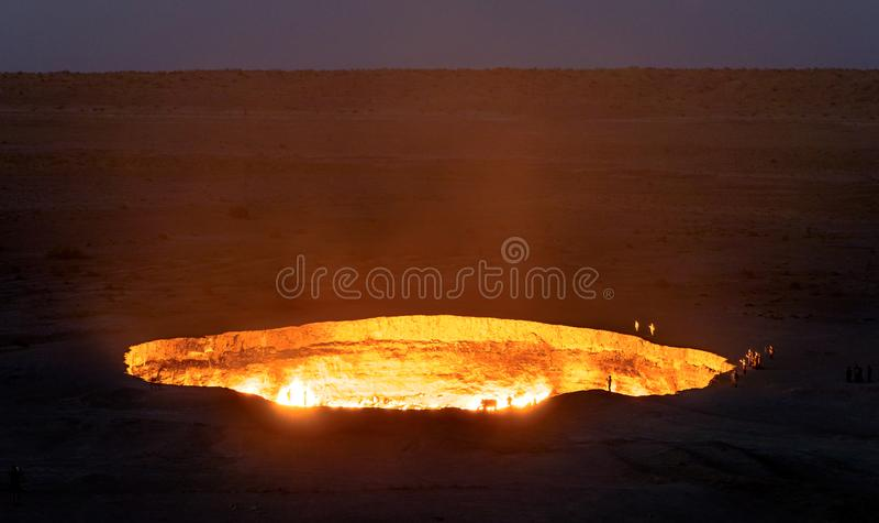 Turkmenistan-Tore des brennenden Gases der Hölle stockfotos