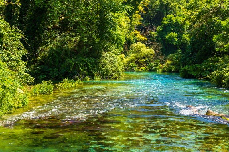 Turkoois de lente Blauw Oog - Syri i Kalter, dichtbij een stad van Muzine, Albanië stock fotografie
