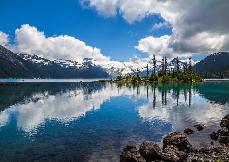 Turkoois Garibaldi Lake wijst op bergen & bomen, Fluiter stock foto