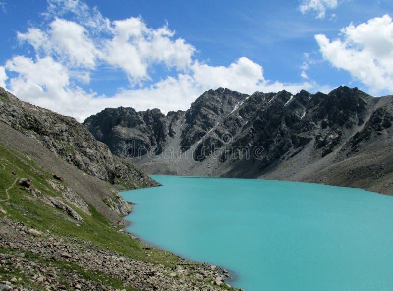 Turkoois meer in de bergen ala-Kul stock afbeeldingen