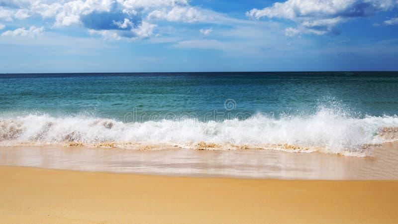 Turkoois overzees golfschuim op zandstrand, blauwe overzees, hemel en aardige wolk in de zomertijd stock fotografie