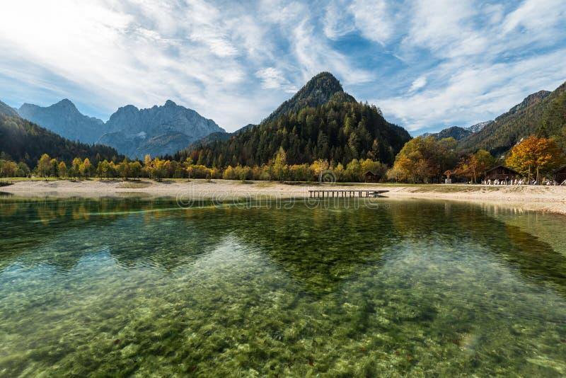 Turkoois water en kleurrijke bergen bij Jasna-meer in daling, Slovenië stock afbeeldingen