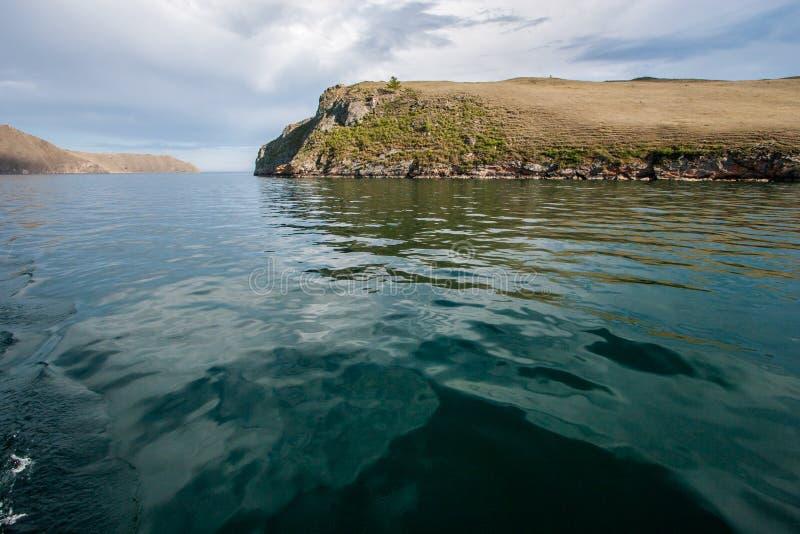Turkoois water van Meer Baikal met een rots royalty-vrije stock foto's
