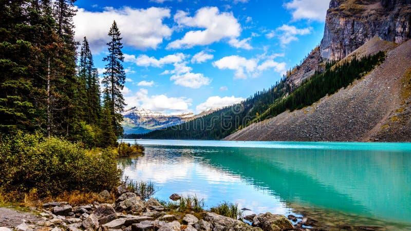 Turkoois water van Meer Louise in het Nationale Park van Banff stock afbeeldingen