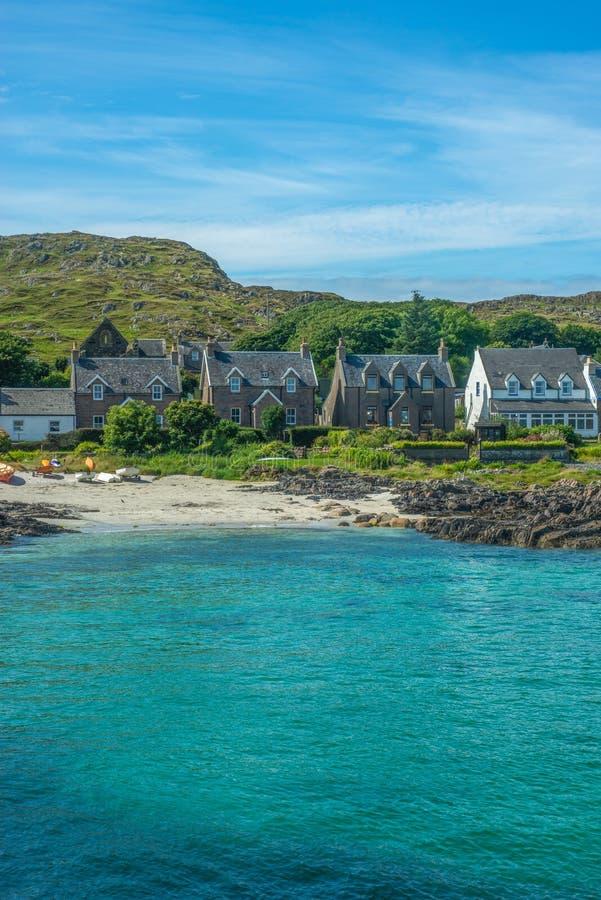 Turkooise Baai met Traditionele Plattelandshuisjes door het Strand op het Eiland van Iona in Hebrides Schotland royalty-vrije stock fotografie