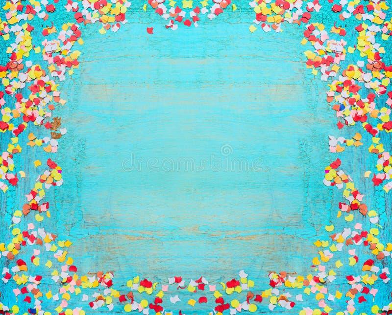 Turkooise blauwe partijachtergrond met confettien Kader van confettien op sjofele elegante houten achtergrond stock illustratie