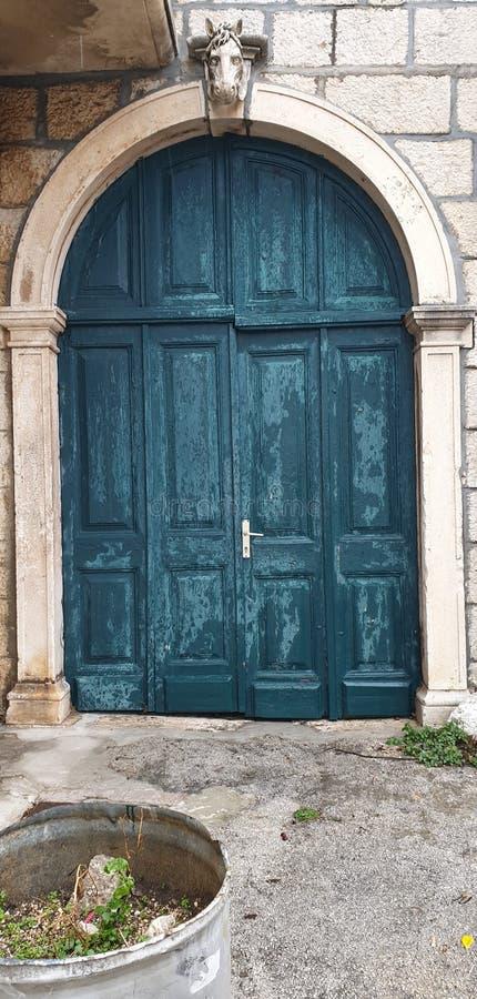 Turkooise deur met een paardhoofd stock foto's
