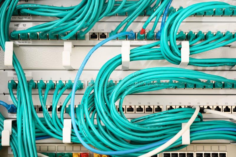 Turkooise die kabels en ethernet schakelaars in een netwerkserver worden aangesloten royalty-vrije stock foto's