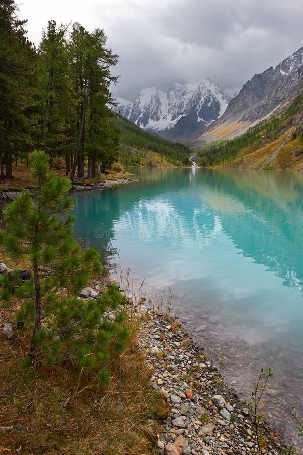 Turkooise meer en bergen. stock afbeeldingen