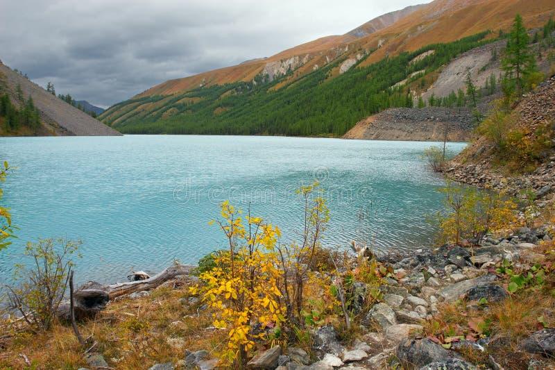 Turkooise meer en bergen. royalty-vrije stock fotografie