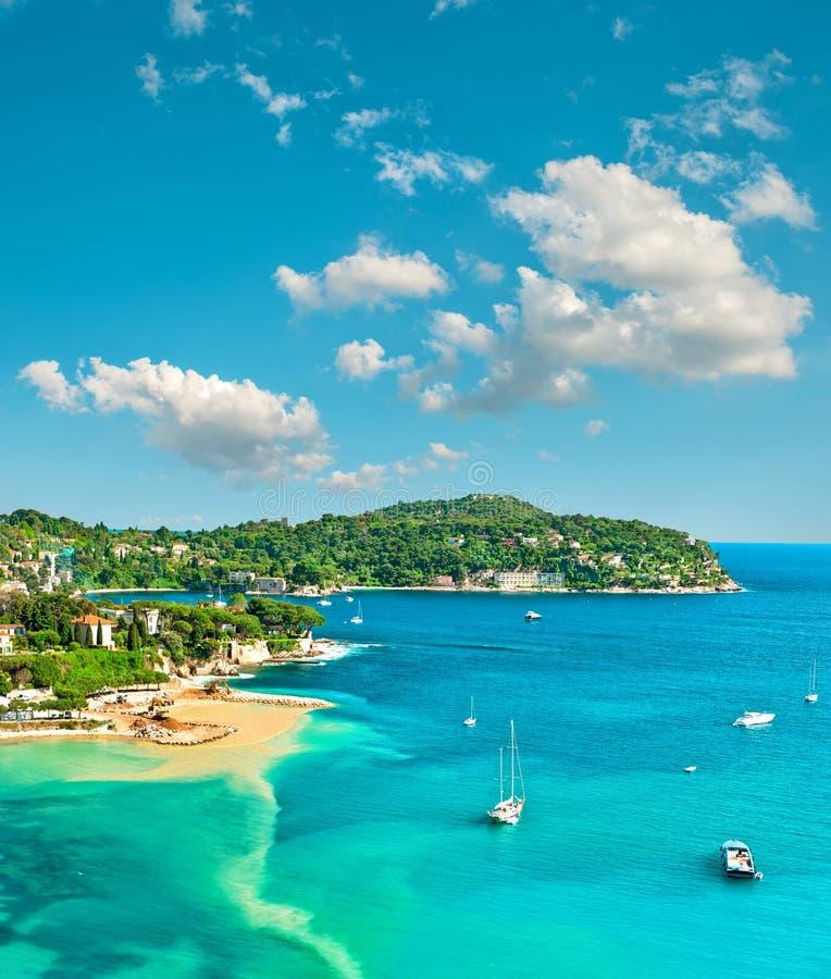 Turkooise Middellandse Zee en blauwe hemel De vakantie van de zomer stock foto's