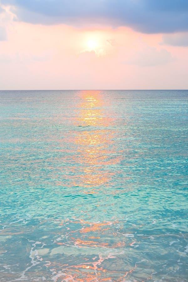 Turkooise oceaan in zonsopgang bij tropisch eiland