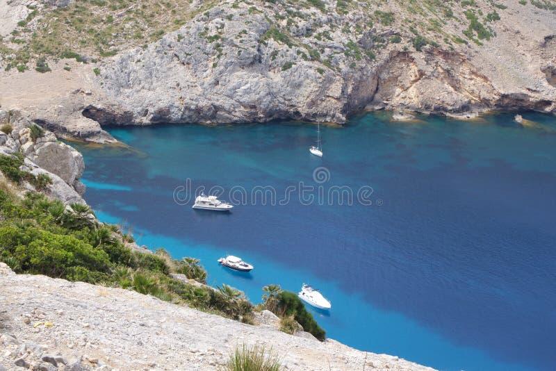 Turkooise overzeese baai met Jachten, Mallorca stock foto