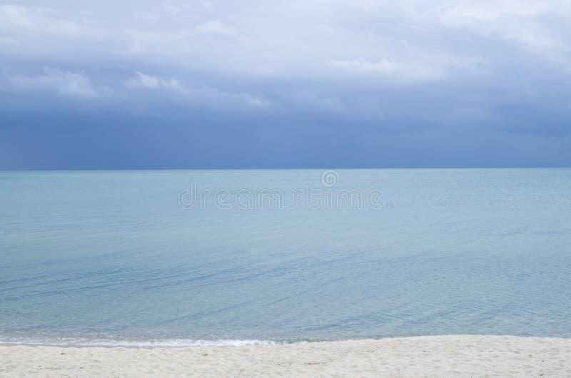 Turkooise zeewateroppervlakte met horizon en blauwe hemel royalty-vrije stock fotografie