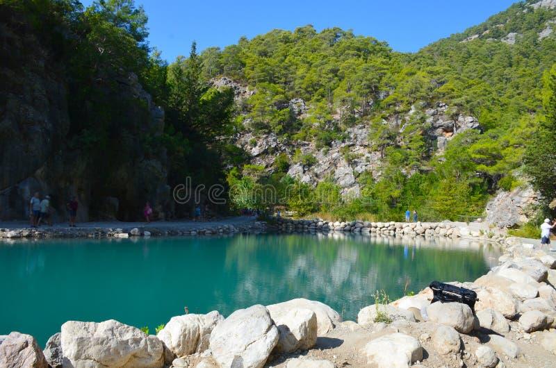 Turkos sj? p? bakgrunden av berg i den soliga dagen f?r sommar, Goynuk kanjon n?ra Kemer, Turkiet arkivfoto