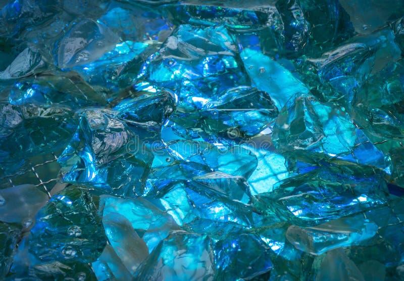 Turkosbakgrund av skinande-kristallen stenar tänt mystiskt glöd arkivbilder