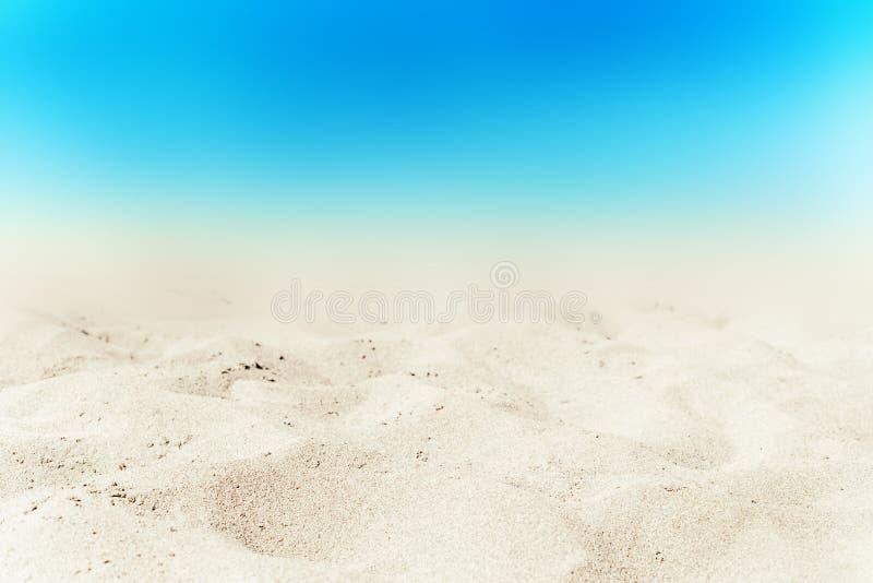 Turkoshavet och vit sandpapprar bakgrund på sommardagen Sandig bea royaltyfri foto