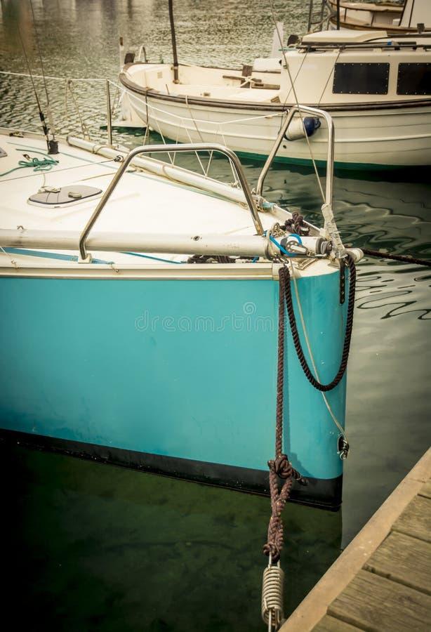 Turkossegelbåt i port royaltyfri bild