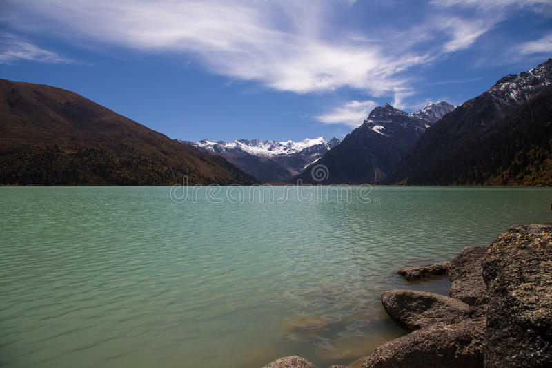 Turkossjön Xinluhai i Tibet arkivbild