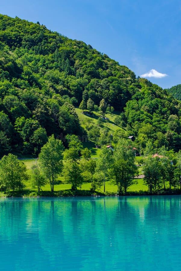 Turkosvatten i mest sjö för na Soci i Slovenien arkivbilder