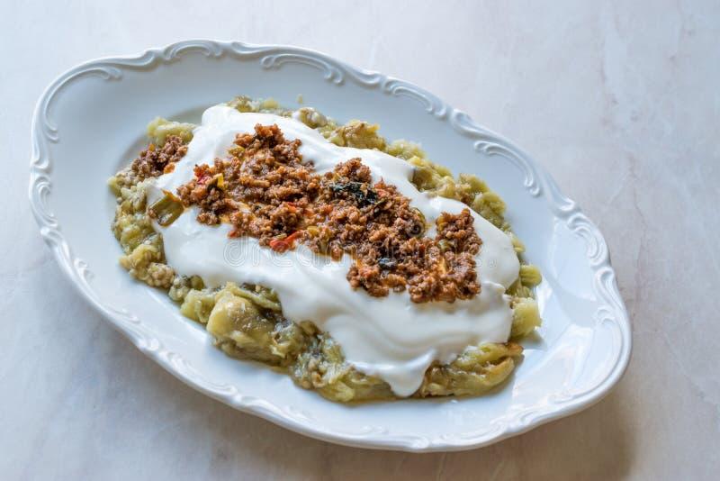 Turks Ali Nazik Kebab met Yoghurt, Gehakt en Geroosterde Aubergine of Aubergine/Kebap stock foto's
