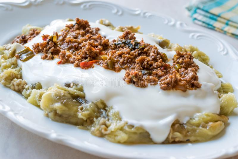 Turks Ali Nazik Kebab met Yoghurt, Gehakt en Geroosterde Aubergine of Aubergine/Kebap royalty-vrije stock afbeeldingen