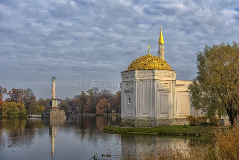 Turks bad in gouden daling van het park van Catherine, Tsarskoe Selo (Pu stock foto's