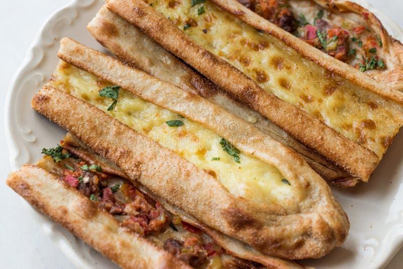 Turks Gebakje Konya Mevlana Pide met Gekubeerd Vlees en Gesmolten Kaas stock afbeelding