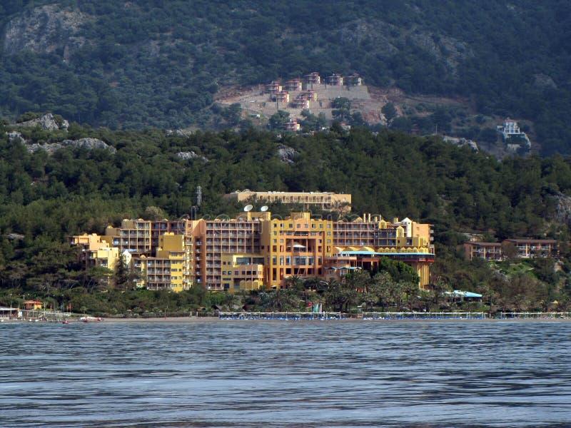 Turks hotel op de Mediterrane kust tussen Marmaris en Gokova-Baai dichtbij het Eiland Baba Adasi Club Seno europa Mediter royalty-vrije stock foto's