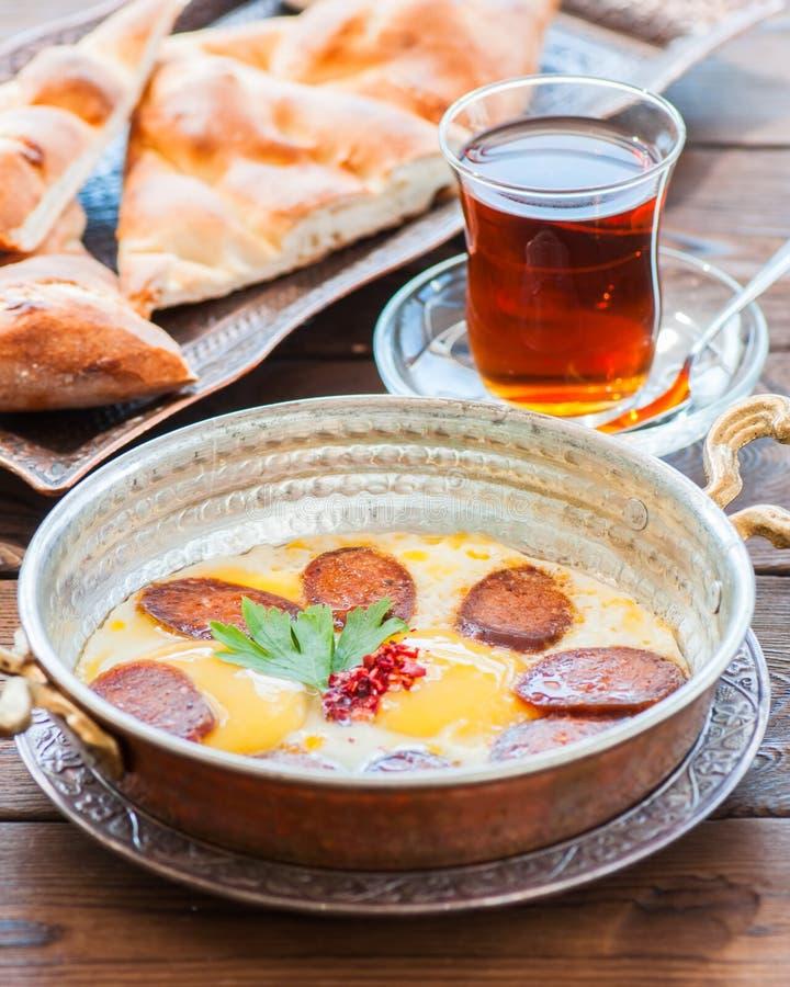 Turks ontbijt - gebraden eieren met worsten sucuk en kruiden royalty-vrije stock fotografie
